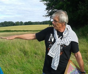 Ingo Clausen vom  archäologischen Landesamtes S.H. (ausladende Armbewegung)